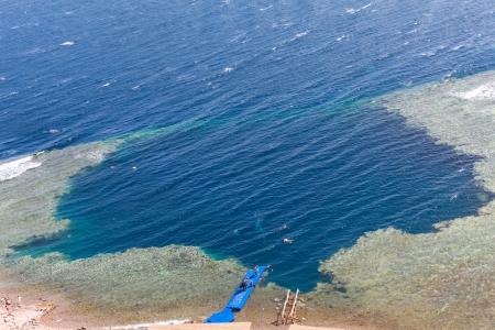 monte sinai: Blue Hole es un lugar popular de buceo en este Sinaí, al norte de algunos kilómetros de Dahab, Egipto en la costa del Mar Rojo.