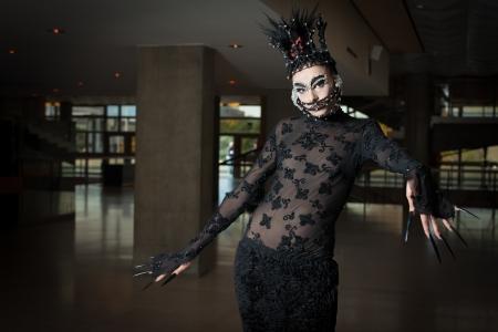 uñas largas: Mujer en ropa de moda con la máscara listo para funcionamiento de la etapa