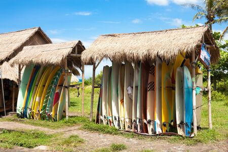 Surfplanken in rack te huur op het strand in Bali Stockfoto