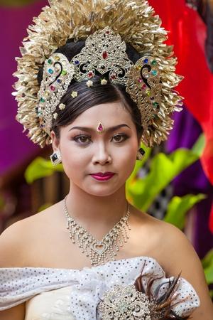 udeng: BALI - FEBRERO 11. Mujer promulgar escena de la boda en la preparaci�n para la ceremonia religiosa el 11 de febrero de 2012 en Bali, Indonesia. La mayor�a balin�s casarse en los 20 a�os. Editorial
