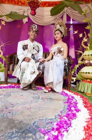 udeng: BALI - FEBRERO 11. Pareja promulgar escena de la boda en la preparaci�n para la ceremonia religiosa el 11 de febrero de 2012 en Bali, Indonesia. La mayor�a balin�s casarse en los 20 a�os.