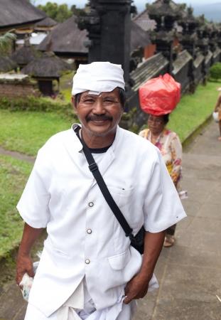 udeng: BALI - 22 de enero. Bali peregrinos a la Madre en Besakih templo el 22 de enero de 2012 en Bali, Indonesia. La mayor�a de los hind�es balineses hacen una peregrinaci�n anual a la madre de todos los templos. Editorial