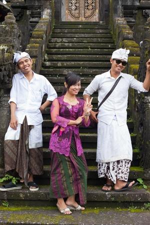 udeng: BALI - 22 de enero. J�venes peregrinos en Bali Templo Madre de Besakih el 22 de enero de 2012 en Bali, Indonesia. La mayor�a de los hind�es balineses hacen una peregrinaci�n anual a la madre de todos los templos Editorial
