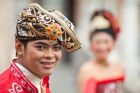 udeng: BALI - ENERO 29. Int�rpretes promulgar escena de la boda en la preparaci�n para la ceremonia religiosa el 29 de enero de 2012 en Bali, Indonesia. La mayor�a balin�s casarse en los 20 a�os.