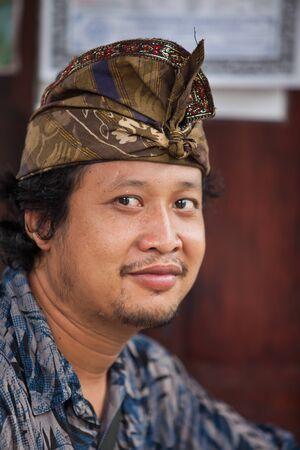 udeng: BALI - ENERO 29. Bali peregrino en Templo del Agua el 29 de enero de 2012 en Bali, Indonesia. La mayor�a de los hind�es balineses hacen una peregrinaci�n anual a la madre de todos los templos. Editorial