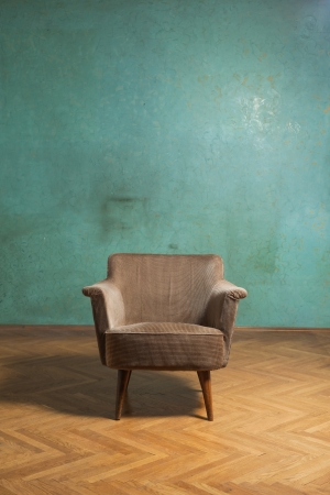 silla de madera: Silla vieja en la sala de grunge con pared verde