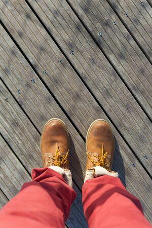 pantalones abajo: Zapatos de una vista aérea sobre fondo de madera