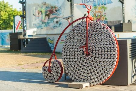 organise: BELGRADO, SERBIA - 15 DE AGOSTO Penny farthing hecha de latas de Coca Cola el 15 de agosto de 2012 en Belgrado, Serbia centros comerciales organizar actividades al aire libre para atraer a las familias en verano