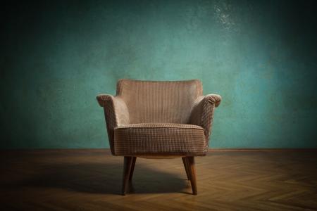 녹색 벽 그런 지 방에 오래 된의 자 스톡 콘텐츠