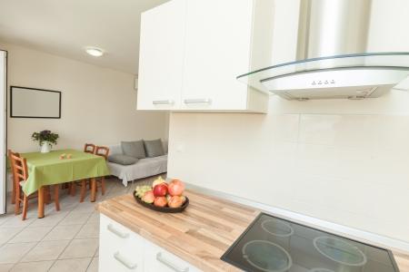 kitchen design: Modern and bright kitchen in house interior Stock Photo