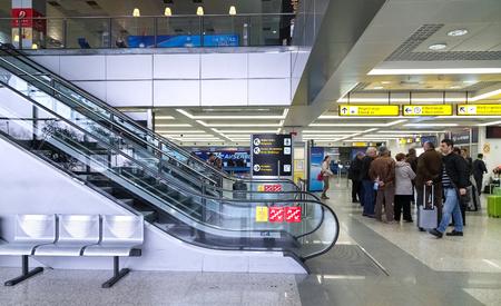 BELGRAD, SERBIEN - 18. FEBRUAR 2014: Passagiere warten in Belgrad-Flughafen Nikola Tesla, der schnellste wachsende Hauptflughafen in Europa.