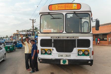 Galle - 22. Februar 2014: Große öffentliche Verkehrsmittel Bus hielt auf der Straße. Die Busse sind die srilankische Hauptmodus des öffentlichen Verkehrs.