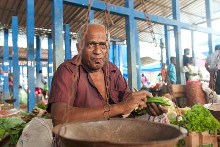 sunday market: HIKKADUWA, SRI LANKA - 23 de febrero 2014: Retrato de vendedores vendiendo verduras locales. El mercado de los domingos es una gran manera de ver la vida local de Hikkaduwa cobran vida junto con productos frescos y delicadeza local Editorial