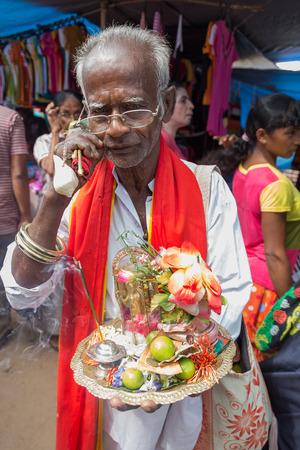 sunday market: HIKKADUWA, SRI LANKA - 09 de marzo 2014: vendedor callejero local de souvenirs religiosos. El mercado de los domingos es una fant�stica manera de ver la vida local de Hikkaduwa cobre vida. Editorial