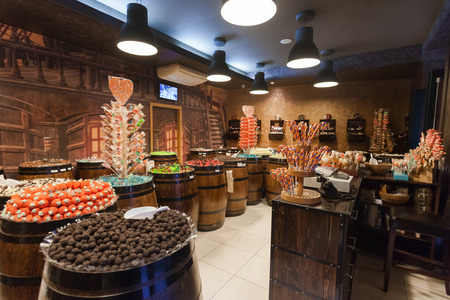 Dubrovnik, Croacia - 28 de mayo 2014: Interior de la tienda de dulces Mateo con una impresionante gama de golosinas, incluyendo chocolate, bombones y ositos de goma Todo se presenta en cajas de piratas y barriles