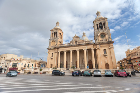 casal: PAOLA, MALTA - JANUARY 12, 2015: Cars parked in front of Church of Christ the King.