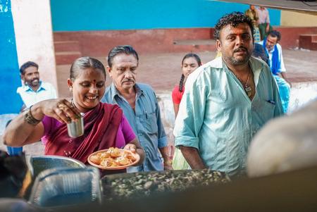 nosering: KAMALAPURAM, INDIA - 02 FABRUARY 2015: Indian couple selling food on a market close to Hampi