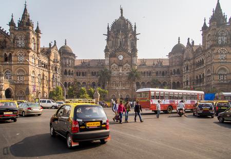 terminus: MUMBAI, INDIA - 17 de enero 2015: Chhatrapati Shivaji Terminus es Patrimonio de la Humanidad por la UNESCO y la estaci�n de tren hist�rico. Sirve como sede de los Ferrocarriles Centrales.