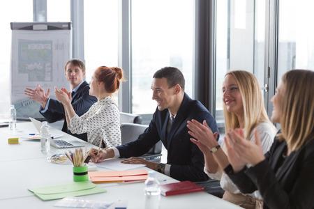 manos aplaudiendo: La gente de negocios aplaudiendo durante la reuni�n en la oficina moderna.