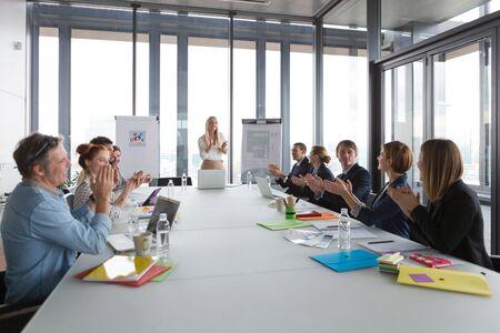 manos aplaudiendo: La gente de negocios aplaudiendo despu�s de �xito de la reuni�n en la oficina moderna. Foto de archivo