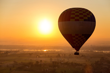 Hot air ballooning  over the Valley of the Kings and Nile river. Banque d'images