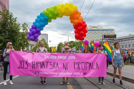 transexual: ZAGREB, CROACIA - 11 DE JUNIO DE 2016: 15to orgullo de Zagreb. Activistas de LGBTIQ que llevan a cabo la bandera del orgullo.