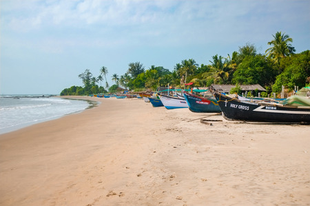 GOA, INDIA - JANUARY 2015: Fishermen boat on the sandy beaches of Goa. Stockfoto - 97597863