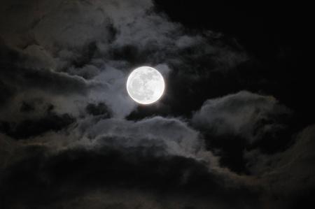 lupo mannaro: La Luna Piena con nubi