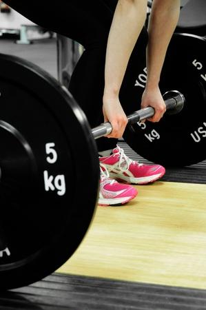 levantando pesas: Equipamiento de Fitness en un gimnasio, levantamiento de pesas