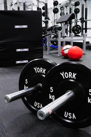 levantando pesas: Equipamiento de Fitness en un gimnasio