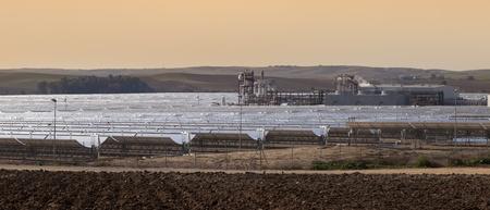 koncentrovaný: elektrárna solární energie parabolické poblíž Seville, Andalusie, Španělsko Reklamní fotografie