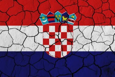 bandera de croacia: Bandera de Croacia sobre fondo agrietado, imagen conceptual de crisis