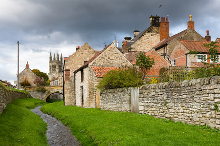 north yorkshire: Helmsley is a market town and civil parish in the Ryedale district of North Yorkshire, England. Historically part of the North Riding of Yorkshire, the town is located at the point where Rye Dale leaves the moorland and joins the flat Vale of Pickering. Stock Photo