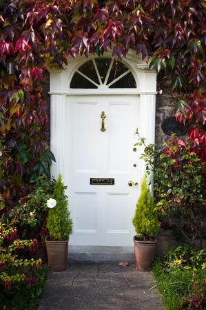 Puerta de estilo georgiano con follaje de otoño