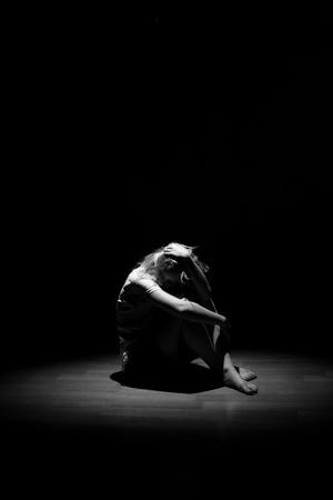 Deprimido mujer solitaria joven
