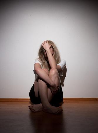soledad: Deprimido mujer solitaria joven Foto de archivo
