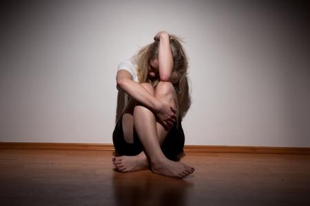 depressione: Depresso giovane donna sola