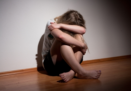 ragazza depressa: Depresso giovane donna sola
