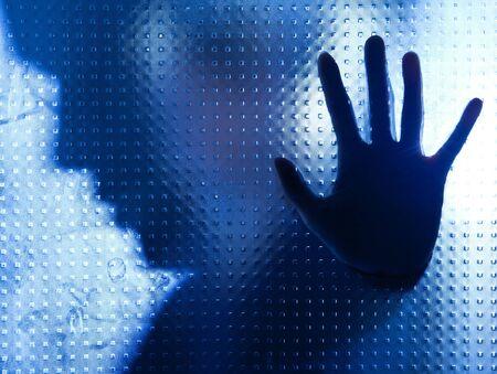 soltería: Persona desesperada aislada detrás de la pared de cristal azul Foto de archivo