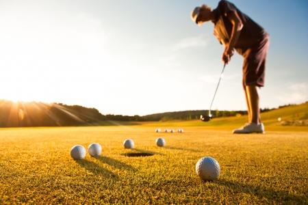 torneio: Jogador de golfe masculino praticando um par durante a bela luz do sol