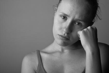 hombre solitario: Retrato de una mujer muy joven deprimida-chica en blanco y negro Foto de archivo