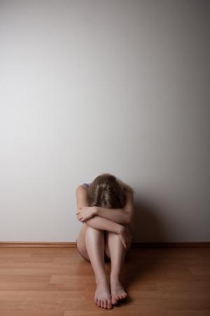 mujer llorando: deprimido joven mujer solitaria, sentada en el suelo solo y llorando