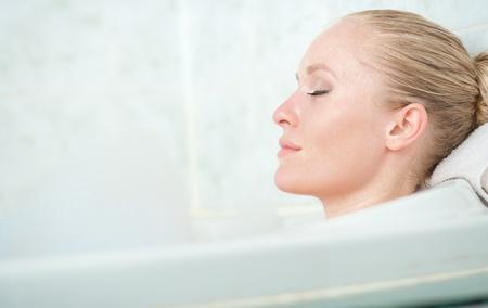 femme baignoire: Femme Bath enjoying femme bathub Naturellement belle d�tente dans le bain avec de la mousse dans salle de bain