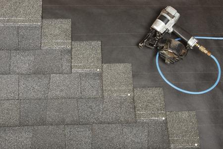 shingles: Un nuevo techo est� aplicando Foto de archivo