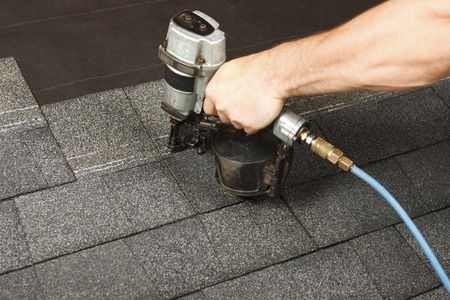 shingles: Nuevo techo de teja est� aplicando Foto de archivo