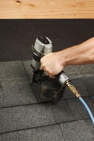 shingles: La aplicación de las tejas del techo con una pistola