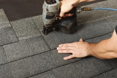 shingles: La aplicación de las tejas del techo con una pistola de techado