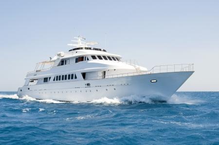 Een grote privé motor jacht aan de gang uit op zee