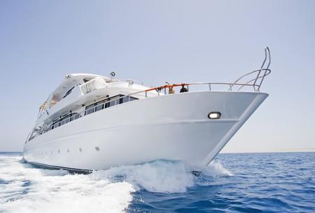 Een grote privé motor jacht aan de gang uit op zee  Stockfoto