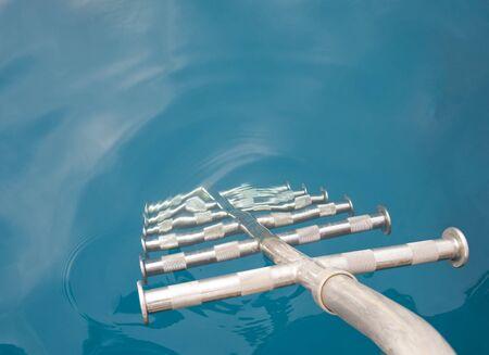 rungs: Pelda�os de la escalera ir abajo en el agua desde la parte trasera de un bote de metal